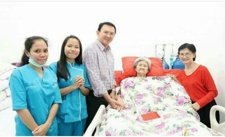 Perawat orang tua atau lansia di rumah