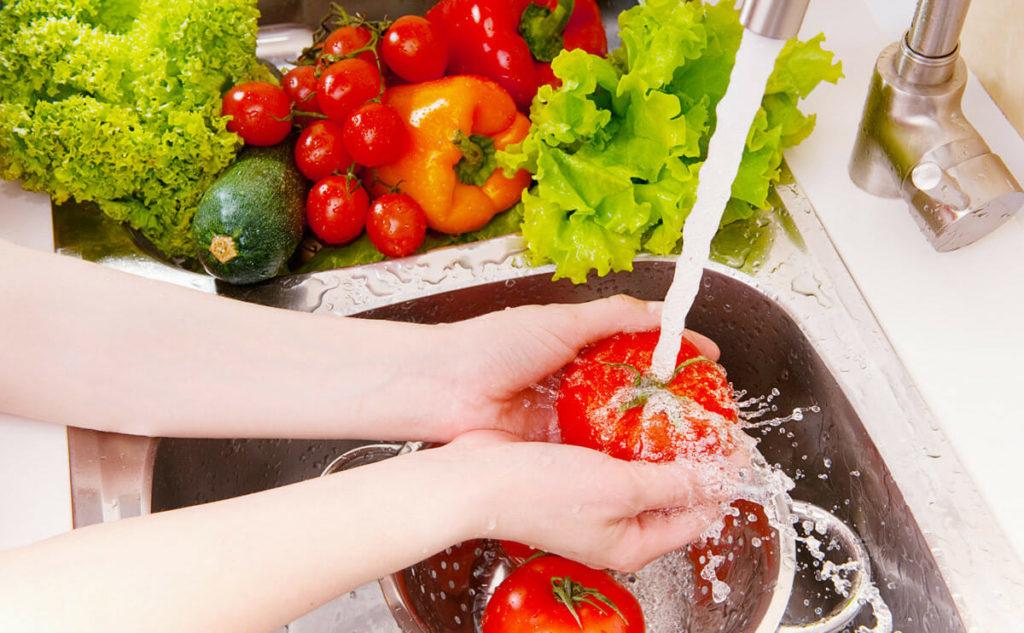 Mencuci buah dan sayur dari pestisida