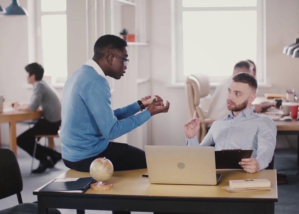 Cara menghilangkan kantuk dengan mengobrol bersama teman atau rekan kerja