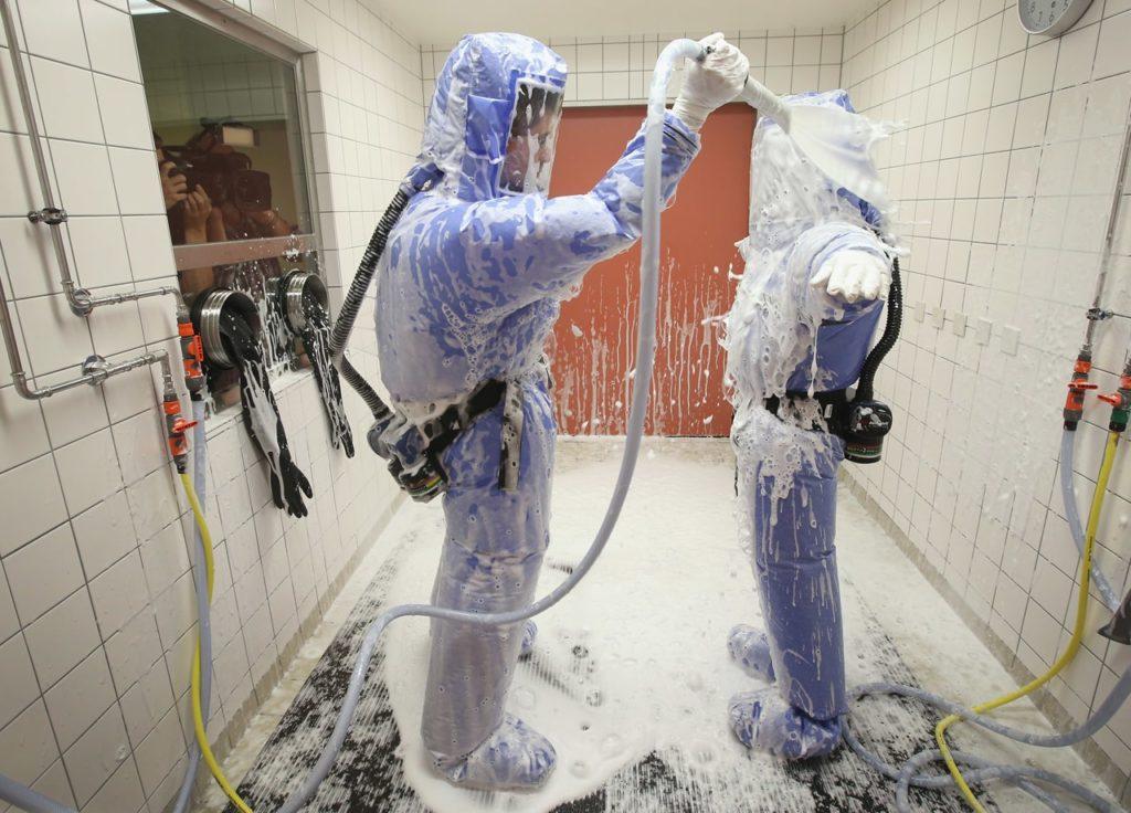 Metode ketika melepas pakaian hazmat suit