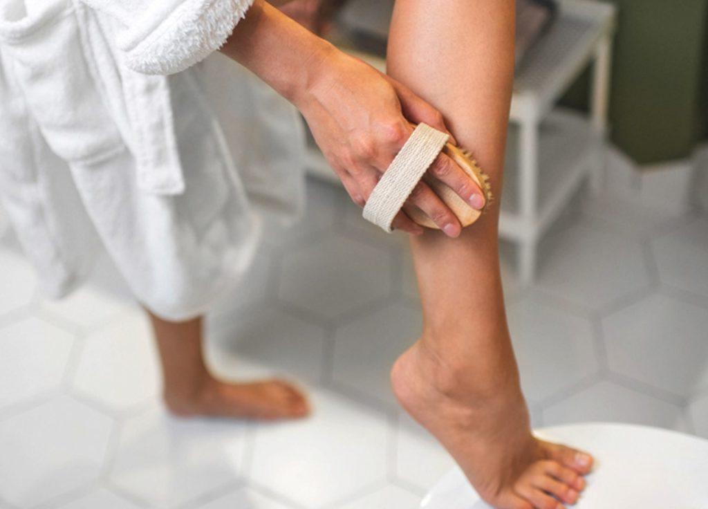 Melakukan Eksfoliasi untuk memutihkan kulit mata kaki yang hitam