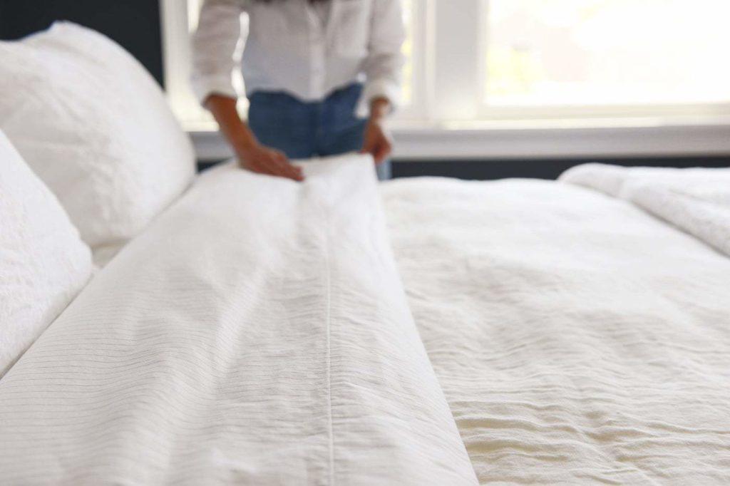 merapikan tempat tidur