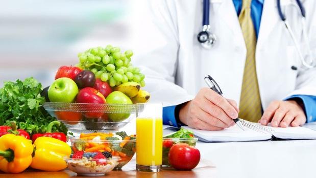 Nutrisi adalah salah satu bagian yang esensial dalam proses penyembuhan luka. Setiap tahapan proses penyembuhan memerlukan nutrisi untuk mempercepat prosesnya dan luka cepat menutup. Luka kronis memiliki kebutuhan nutrisi yang dihitung dari kebutuhan kalori lebih banyak dari luka akut karena memiliki risiko terjadinya infeksi.