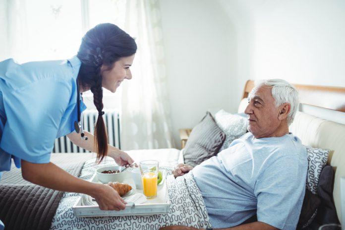 Perawat memberikan makan pagi utnuk pasien